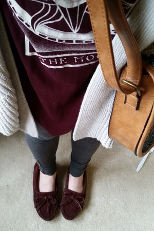 burgundy Minnetonka shoes - burgundy American Eagle shirt