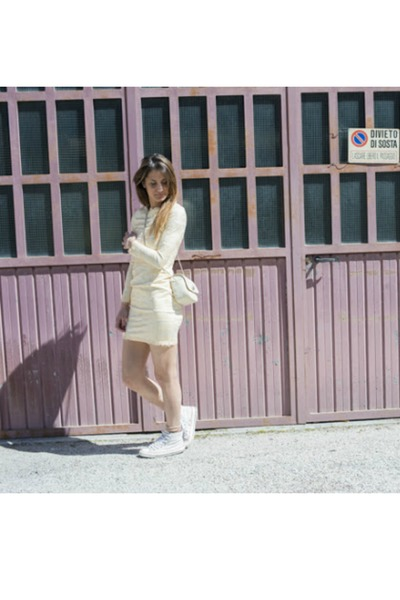 beige She Inside dress - white Converse sneakers