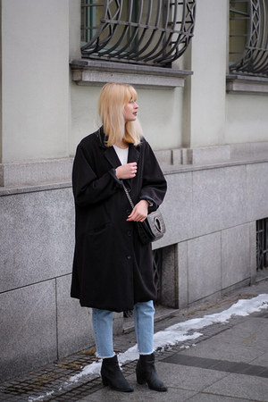 black vintage coat - light blue pull&bear jeans - black Zara bag