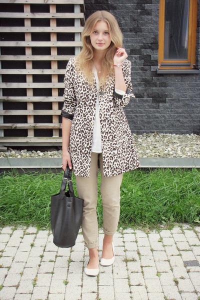 H&M coat - H&M shoes - Manzana bag - Mango skirt - H&M pants - Apart bracelet