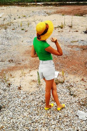 gold hat - green t-shirt - green Only shorts - gold Musette shoes