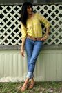 Yellow-shirt-gold-belt-blue-bullhead-jeans-brown-shoes