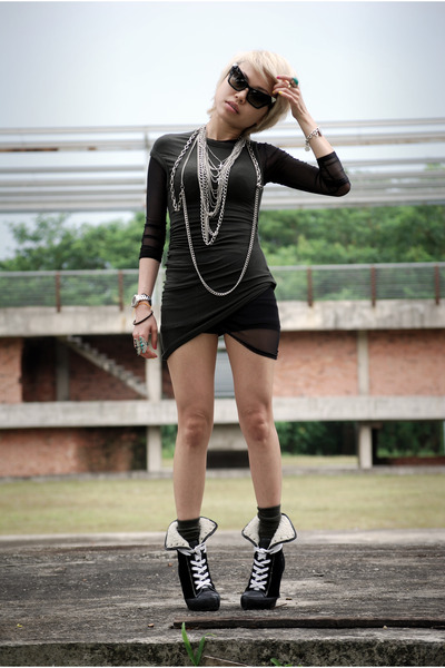 silver necklace - black shearlinglaceup PedderRed boots