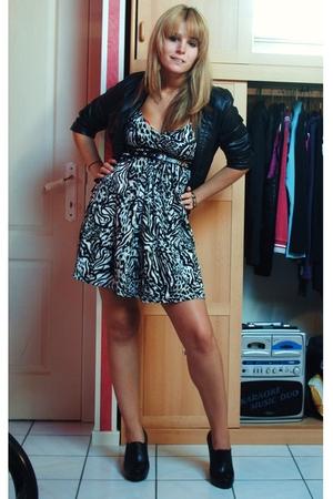 H&M vest - H&M dress - Newlook shoes - Zara belt