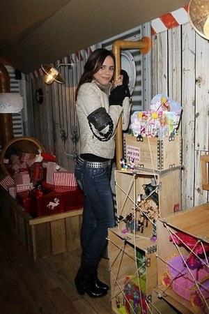 Guess coat - Guess boots - Angl jeans - autour du bras Amalia Mattaör bag