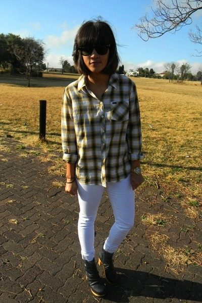 Guess jeans - RVCA shirt - Ray Ban sunglasses - ankle Luella clogs