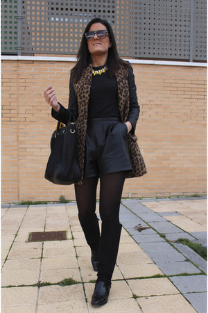 Zara bag - pull&bear coat - Zara shorts - Torques Complementos necklace