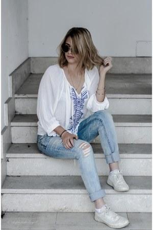 white boho Sheinside shirt - sky blue ripped pull&bear jeans