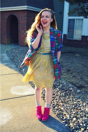 light yellow vintage dress - hot pink thrifted wedges