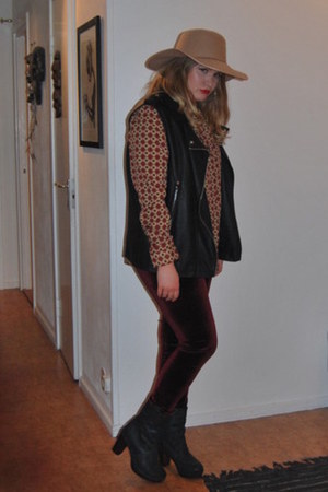 black leather Cubus vest - tan Boohoo hat - crimson velvet Boohoo leggings