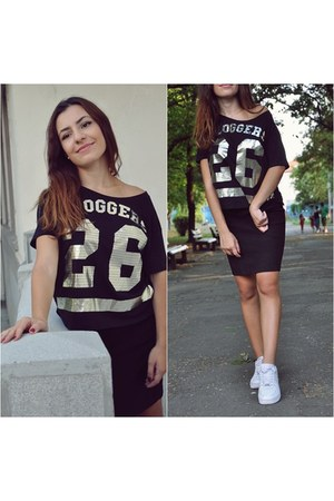 black kurtmann t-shirt - black Stradivarius skirt - white nike sneakers