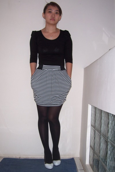 I have a pub-wedding on Saturday and I am planning to wear a black dress (with some details in white) with burgundy shoes but with british weather, I was thinking of taking some (transparent) tights.