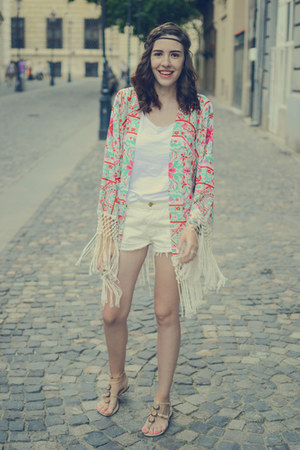 white Sheinsidecom jacket - off white pull&bear shorts