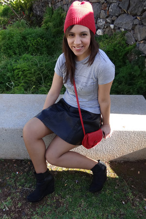 leather Pull & Bear skirt - Stradivarius hat - BLANCO bag - Zara t-shirt