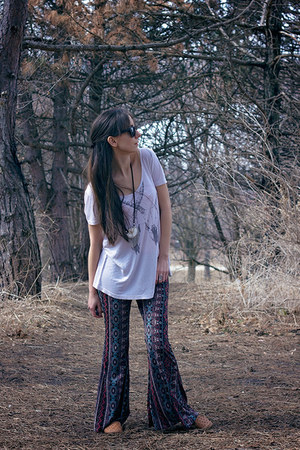 ivory graphic tee UO shirt - blue bell bottoms threadsence pants