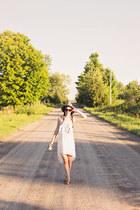 white hi-lo En Creme dress - gray fedora unknown hat