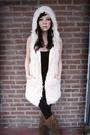 White-kanvas-vest-brown-minnetonka-boots-black-brooklyn-by-delias-leggings