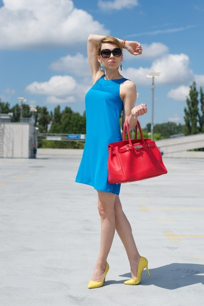 Blue dress yellow bag
