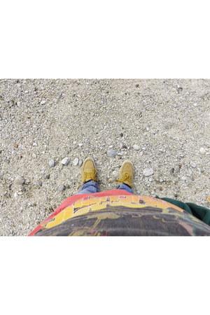 brick red shirt - dark khaki sneakers