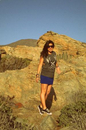 blue Opposite skirt - charcoal gray Zara t-shirt - black Kangaroos sneakers