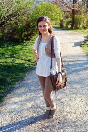 camel Terranova shoes - white shirt - light brown bag - camel New Yorker vest
