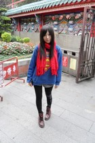 red scarf - blue t-shirt - blue leggings - black boots - red Dr Martens boots