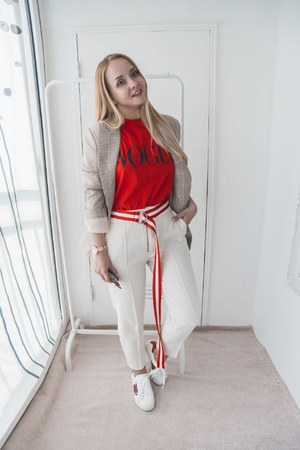 tan Styled Moscow blazer - red Styled Moscow t-shirt - white Styled Moscow belt