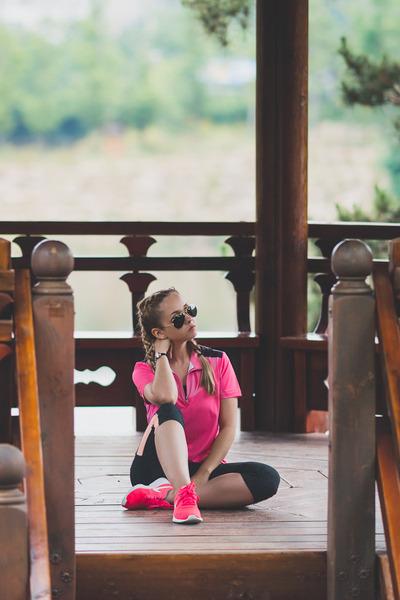 black ray-ban sunglasses - hot pink nike sneakers