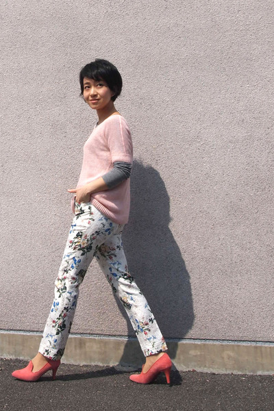 white floral pants - light pink Theory sweater - salmon Odette e Odile heels