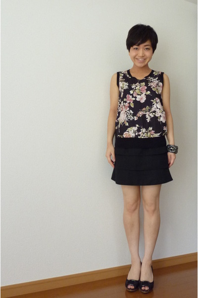 black banana republic bracelet - black top - black skirt - black shoes
