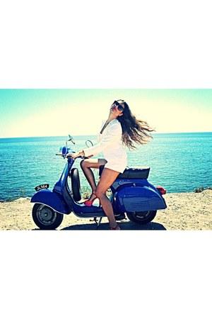 white ai Artisti Italiani blazer - high-waisted Zara shorts - Gucci sunglasses