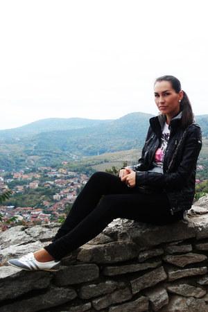 white sport shoes Sport girl shoes - black skinny jeans Bershka jeans