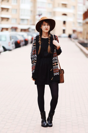 gray second hand cardigan - black biker Bershka boots