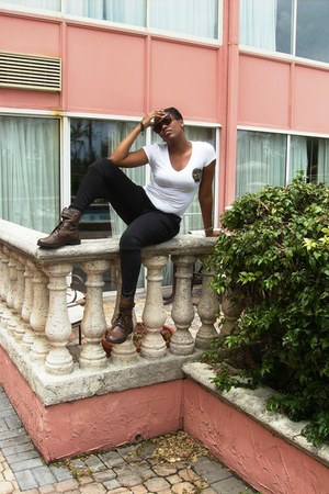 brown boots - leopard print Bijoux Turner sunglasses - white t-shirt