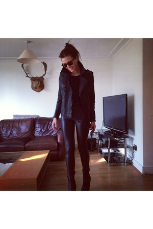 black jacket - black Topshop leggings - black wayfarers Ray Ban sunglasses