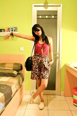 ruby red cosco top - hot pink - shorts - black mayonette bag - cosco belt - crea