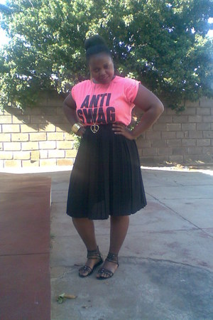 Black two pleated skirt - pink t-shirt