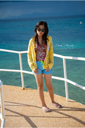 sky blue shorts - forest green round sunglasses - yellow robot print cardigan -