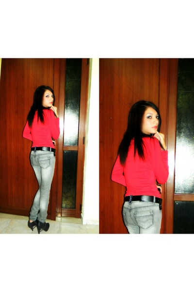 red t-shirt - heather gray jeans