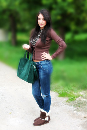 brown t-shirt - dark green bag - brown cardigan