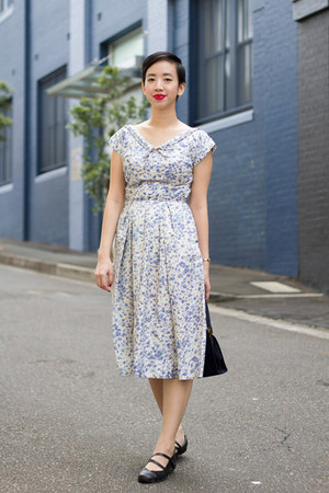 blue vintage 1950s vintage dress - black Skechers shoes