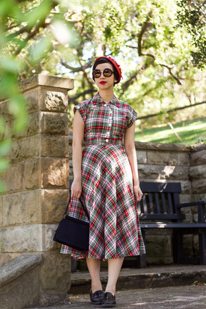 brick red vintage 1940s dress - black zeroUV sunglasses