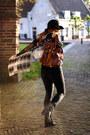 Black-tassel-invito-boots-dark-gray-skinny-levis-jeans