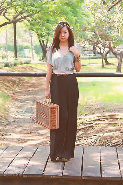 black black pleats Zara skirt - light brown straw bag - heather gray crop top