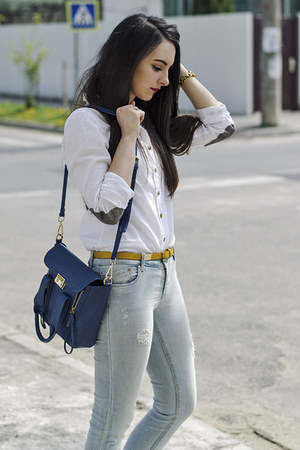 white white cotton H&M shirt - ripped Stradivarius jeans