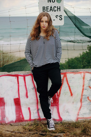 black oversize stripe SUPRÉ shirt - black Converse sneakers