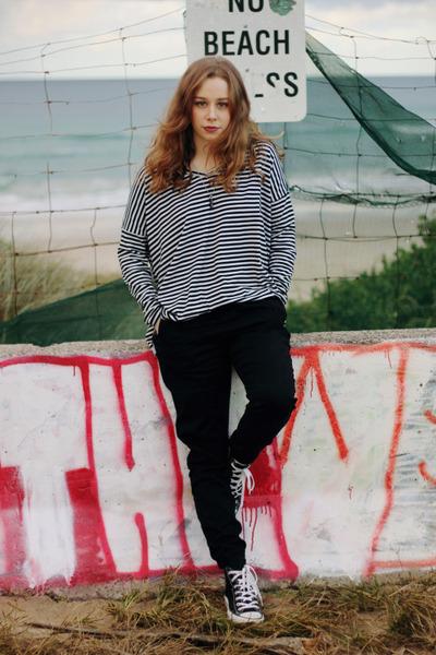 black oversize stripe SUPRÉ shirt - black Converse sneakers