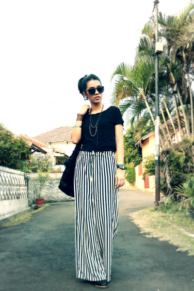 black moms bag - black no brand top - black stripes thrifted vintage pants