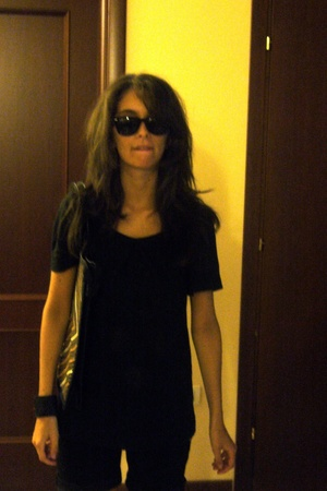 Calliope t-shirt - purse - Ray Ban sunglasses - rhodes bracelet