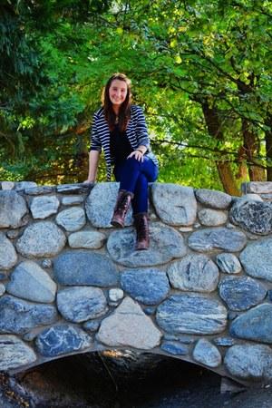 blue jeans - brown boots - stripes blazer - black top
